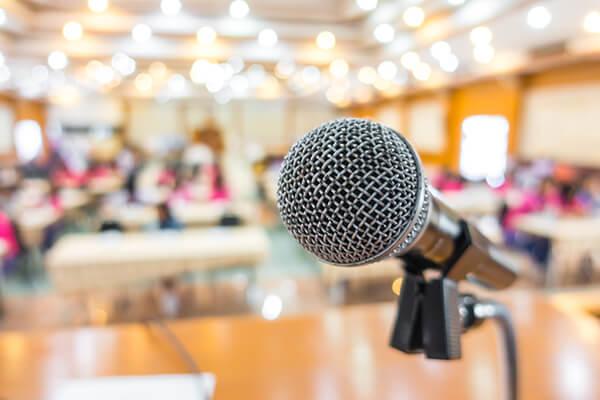 Detalhe de microfone em fórum científico