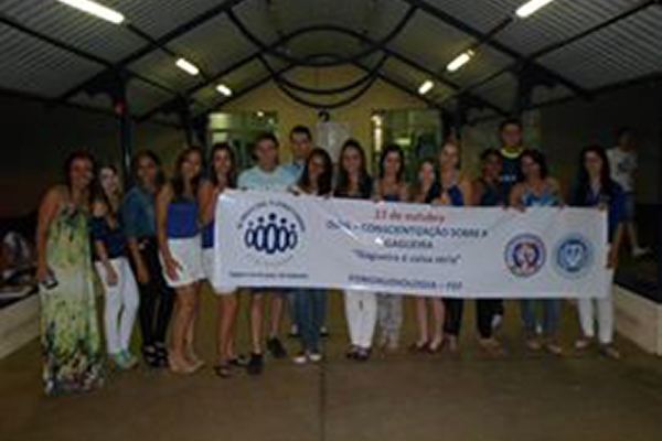 Participantes de DIAG 2013 segurando faixa