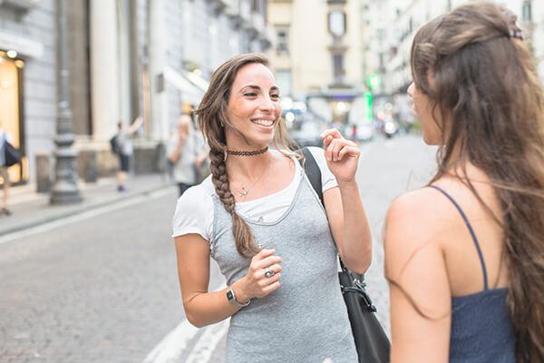 Duas mulheres falando rápido na rua