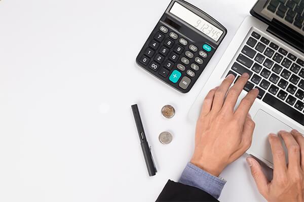 Desktop com calculadora e laptop