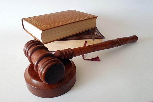 Livros e martelo usados para decisões judiciais