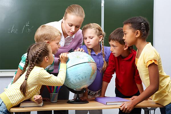 Professora com alunos na escola