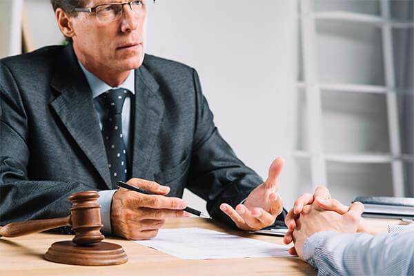 Advogado dando orientações jurídicas sobre gagueira