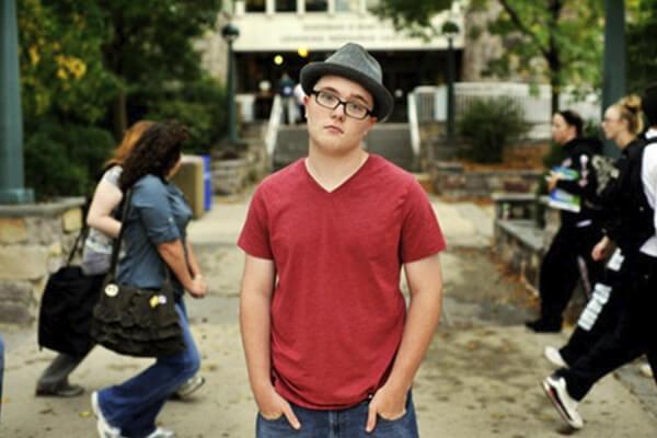 Imagem de jovem que sofre com intolerância á gagueira