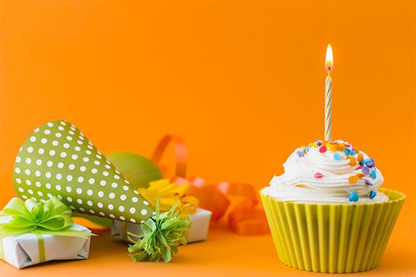 Muffin com vela de aniversário