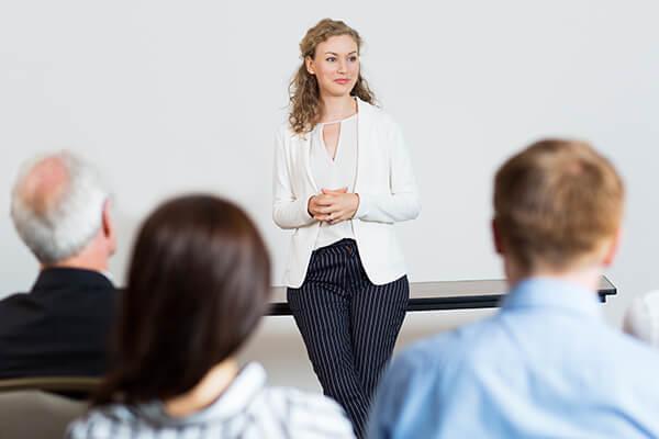 Mulher ministrando palestra