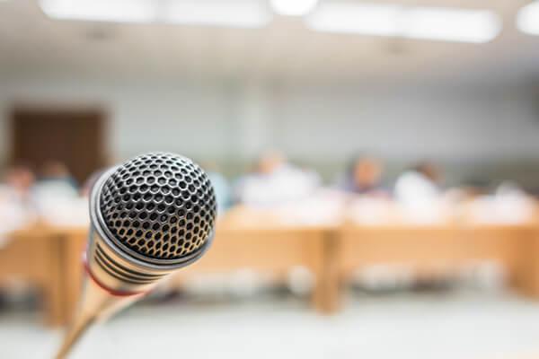 Microfone em fórum científico